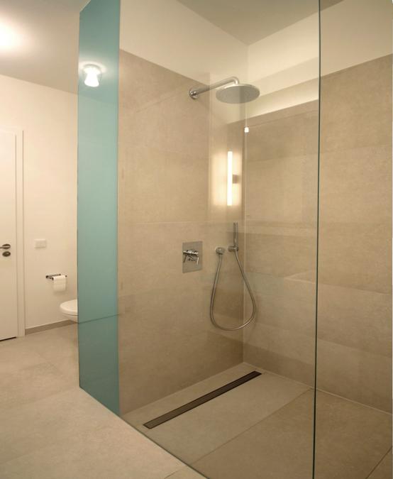 Bodenebene Dusche Glaswand : Die Duschabtrennung besteht aus einer raumhohen Glaswand, die zwischen