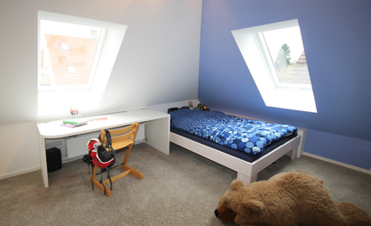 Kinderbett Und Schreibtisch Bilden Eine Einheit Und Sind Im Bereich Der  Dachflächenfenster Angeordnet. Die Blaue