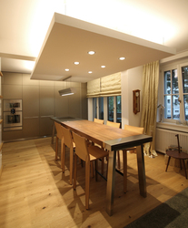 Herzstück Der Küche Ist Der Lange Tisch In Form Einer Werkbank, Er Bildet  Den Essplatz