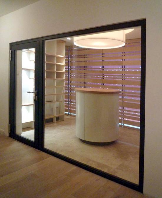moderner weinkeller mit schaufenster innenarchitekt in. Black Bedroom Furniture Sets. Home Design Ideas